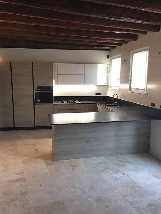 cucina in frassino camoscio e piano in marmo nero assoluto