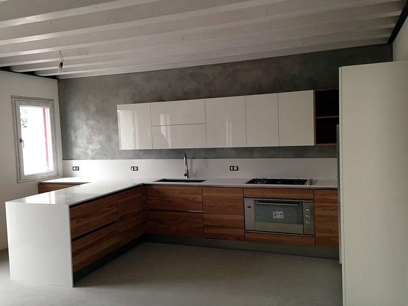 cucina in frassino e laccato lucido bianco