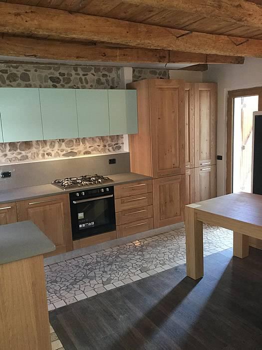 cucina in rovere e verde con piano in quarzo